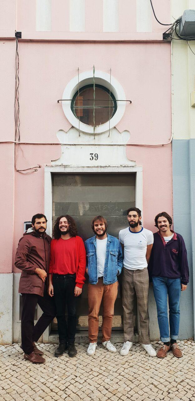 Capitão Fausto apresentam novo single